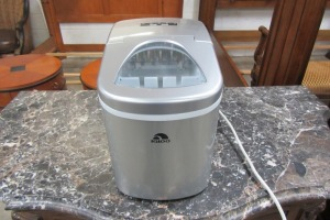 IGLOO - PORTABLE - COUNTER TOP - ICE MAKER