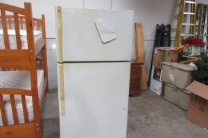 GE - REFRIGERATOR - WORKS - NEEDS A GOOD CLEANING