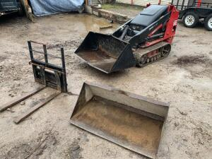 Toro Dingo TX-425 Gas Includes 2 buckets and forks