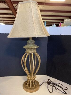 ORNATE STYLE TABLE LAMP WITH SHADE