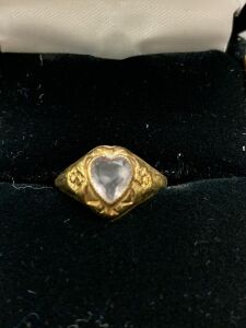 10 KT. RING WITH HEART SHAPE STONE