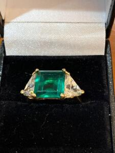 14 k yellow gold green stone with 2 clear stones