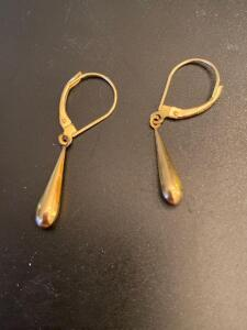Pair of 14 karat gold earrings, 1 g total weight