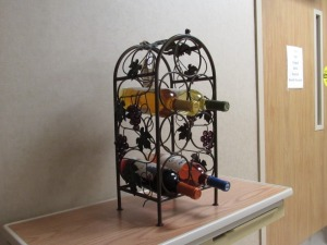 7 Bottle Grapevine Wine Rack w/4 Bottles of Wine