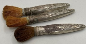 TOWLE STERLING HANDLED VINTAGE GROOMING/MAKE UP BRUSHES. TOTAL WEIGHT 53 G