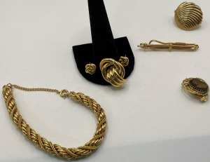 ASSORTMENT OF ESTATE JEWELRY TO INCLUDE A GOLDTONE BRACELET, SCARF CLIP, TIE BAR, AND MORE.