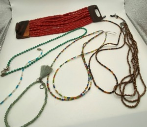 ASSORTMENT OF SMALL BEADED NECKLACES AND BRACELETS